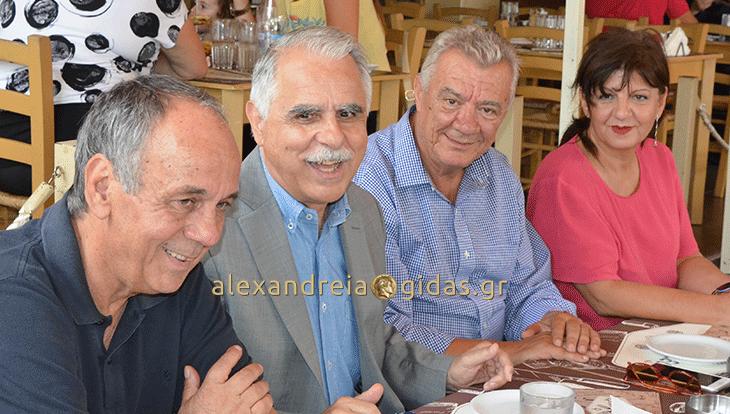 Γεύμα στον πεζόδρομο Αλεξάνδρειας για τον υφυπουργό Γιάννη Μπαλάφα – τι του ζήτησε ο δήμαρχος (φώτο-βίντεο)