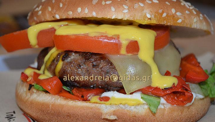 Αυτό το λαχταριστό burger βρίσκεται στο ΜΑΣΑΜΠΟΥΚΑ! Ζητήστε το! (φώτο-τιμή)