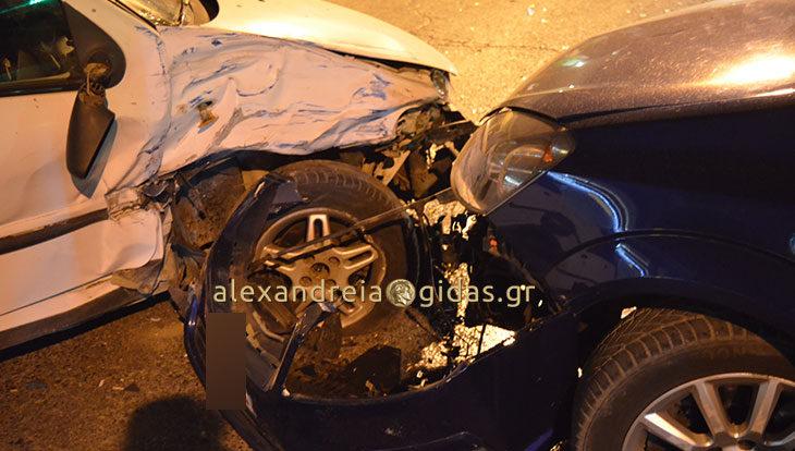 ΤΩΡΑ: Τροχαίο ατύχημα μπροστά στην Εθνική Τράπεζα Αλεξάνδρειας (φώτο-βίντεο)