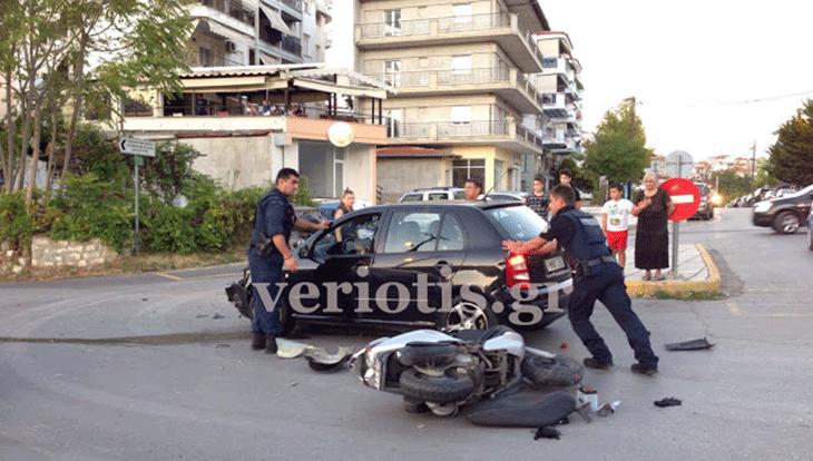 Δύο αυτοκίνητα χτύπησαν γυναίκα πάνω σε μηχανάκι στη Βέροια (φώτο)