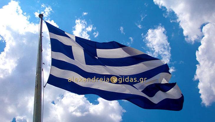 Συγκινεί με την επιστολή στον πρωθυπουργό ο μαθητής από την Μελίκη για την Ελληνική Σημαία