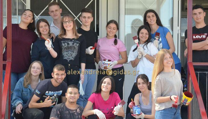 Μπράβο στους μαθητές της Γ΄ τάξης του 1ου ΓΕΛ Αλεξάνδρειας – έβαψαν τα κάγκελα του σχολείου! (φώτο)