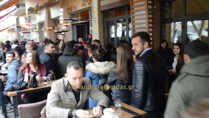 Μόλις τελείωσε η παρέλαση στην Αλεξάνδρεια – δείτε τι γίνεται ΤΩΡΑ στη Βετσοπούλου και στα καφέ (βίντεο)