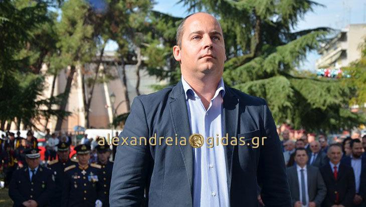 Απουσίαζε από την εξέδρα της παρέλασης ο πρόεδρος της Δημοτικής Κοινότητας Αλεξάνδρειας (φώτο)