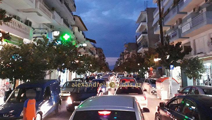 Αναγνώστης: «Τρελό» μποτιλιάρισμα στη Βετσοπούλου (φώτο)
