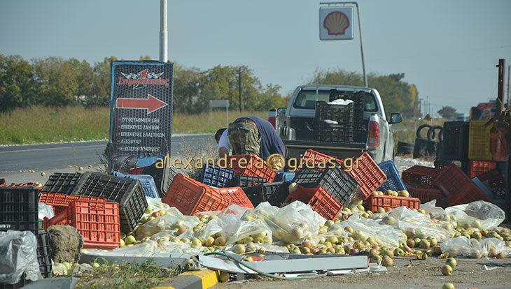 Πριν λίγο: Τροχαίο έξω από την Αλεξάνδρεια – πλατφόρμα προσέκρουσε σε βενζινάδικο (φώτο)