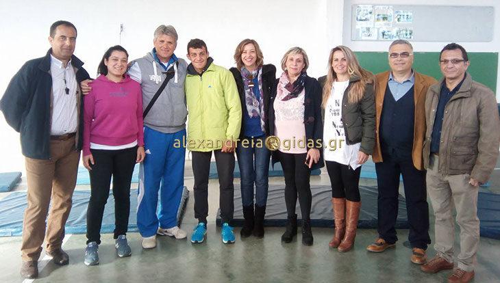 Ο πρωταθλητής μας Νίκος Τουλίκας επισκέφτηκε το παλιό του σχολείο στο Νησί (φώτο)