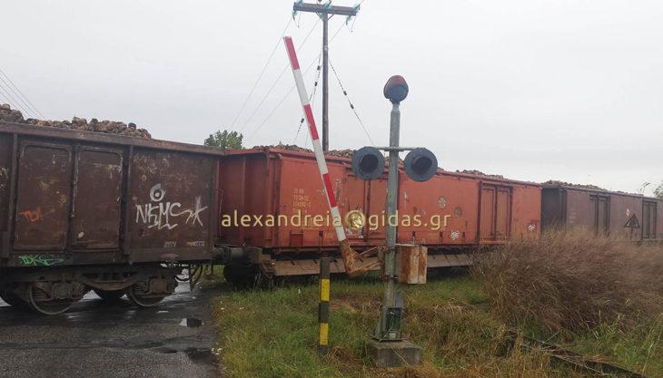 Οι μπάρες σηκωμένες και το τρένο περνάει λίγο πριν το Πλατύ – ΠΡΟΣΟΧΗ οι οδηγοί (φώτο)