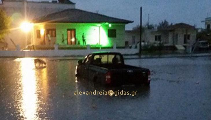 Εγκλωβίστηκε ηλικιωμένος με το αυτοκίνητό του στην Αλεξάνδρεια (φώτο)