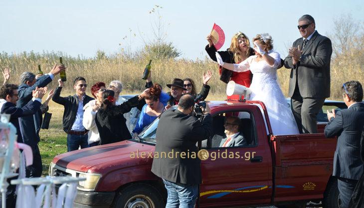 Πήγαν τη νύφη στην εκκλησία με αγροτικό στην Αλεξάνδρεια! (φώτο-βίντεο)