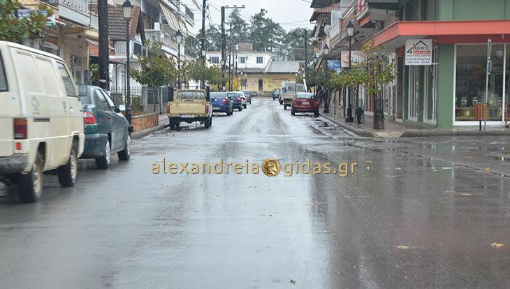 Μεγάλες ποσότητες νερού από την βροχή στην Αλεξάνδρεια – απορροφήθηκε γρήγορα για τα δεδομένα (φώτο)