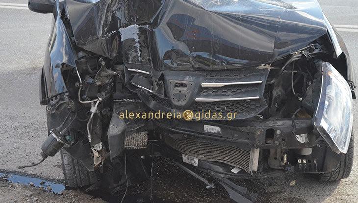Πριν λίγο: Τροχαίο στο γήπεδο Αλεξάνδρειας – αυτοκίνητο «καρφώθηκε» σε κολόνα βενζινάδικου (φώτο-βίντεο)