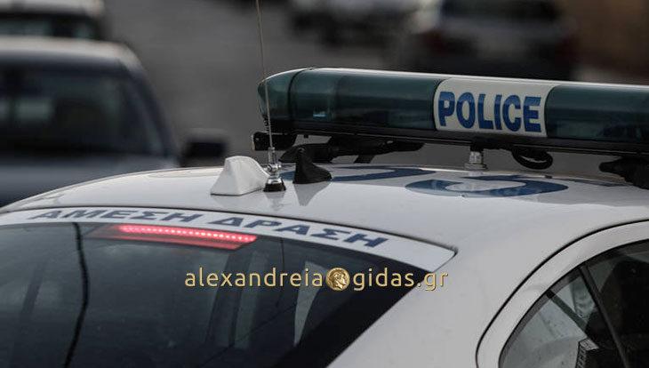Συνέλαβαν δύο νεαρούς σε περιοχή της Αλεξάνδρειας να κλέβουν μπαταρίες από οχήματα