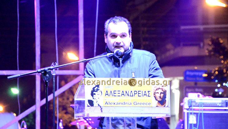 Τι είπε ο Στέφανος Δελιόπουλος στον Άναμμα του Δέντρου στην Αλεξάνδρεια – ποιους ευχαρίστησε (βίντεο)