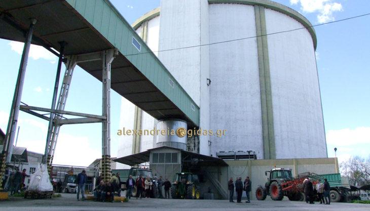 Μπήκαν με τα τρακτέρ στο εργοστάσιο ζάχαρης (ΕΒΖ) στο Πλατύ και έκαναν κατάληψη (φώτο-βίντεο)