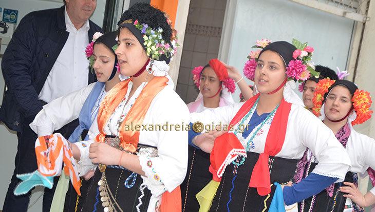 Στους δρόμους της Αλεξάνδρειας τραγούδησαν οι Λαζαρίνες της Εστίας Ρουμλουκιωτών (φώτο-βίντεο)