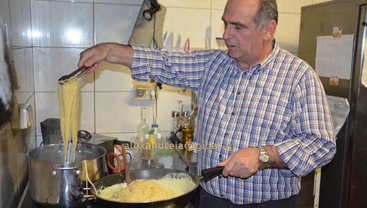 Γιόρτασε τα γενέθλιά του μαγειρεύοντας για τους φίλους του ο Μπάμπης Γκιόνογλου (φώτο)
