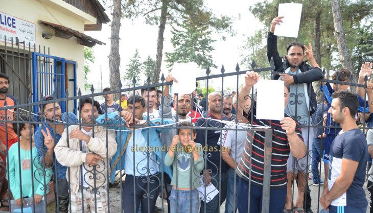 ΤΩΡΑ: Διαμαρτυρία των προσφύγων στο Κέντρο Φιλοξενίας στην Αλεξάνδρεια – τι ζητάνε (φώτο-βίντεο)