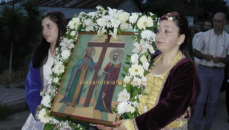 Η περιφορά της ιερής εικόνας των Αγίων Κωνσταντίνου και Ελένης στον Άραχο (φώτο-βίντεο)