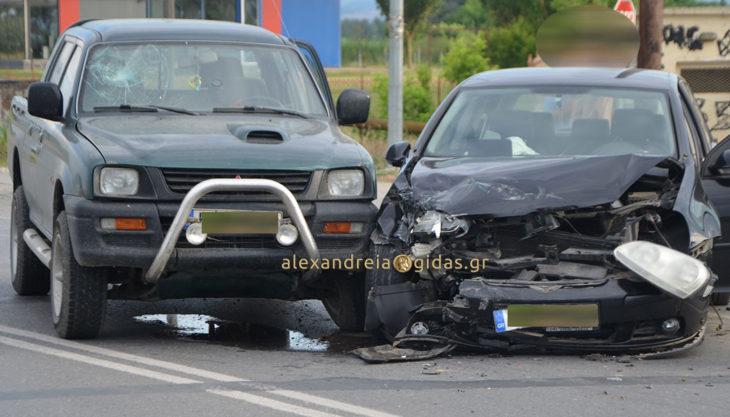 Πριν λίγο: Τροχαίο ατύχημα έξω από την Αλεξάνδρεια (φώτο-βίντεο)