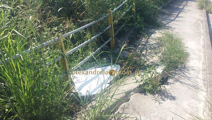 Αναγνώστης: Γκρεμίστηκε πεζοδρόμιο στον Σχοινά – τι κάνει ο δήμος; (φώτο)