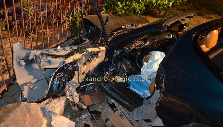 Πριν λίγο: Τροχαίο στα Καβάσιλα Αλεξάνδρειας – αυτοκίνητο προσέκρουσε σε τοίχο (φώτο-βίντεο)