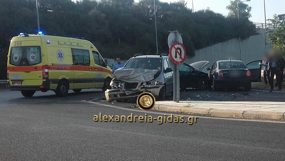 Τρία σπασμένα αυτοκίνητα σε καραμπόλα έξω από την Βέροια (φώτο)