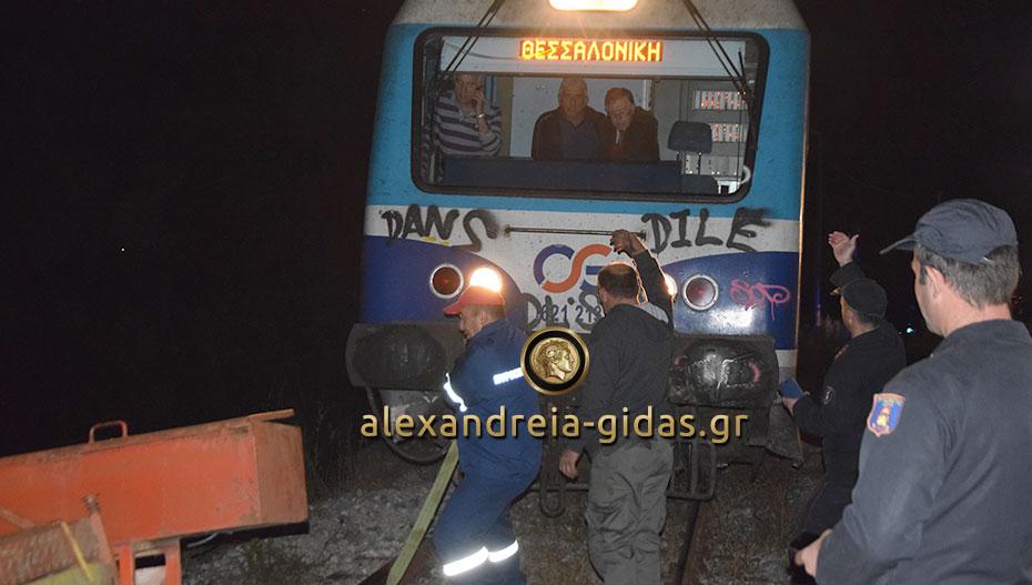 Δείτε εικόνες και στιγμιότυπα από το τροχαίο με το τρένο και το αγροτικό μηχάνημα στην Ξεχασμένη (φώτο-βίντεο)