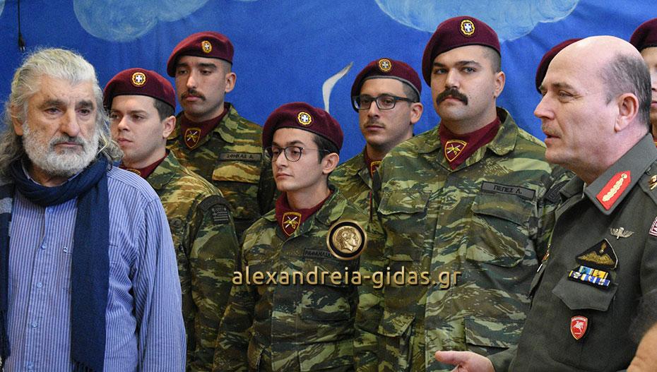 Ο στρατός έψαλλε τα κάλαντα και έφερε δώρα στο Ειδικό Σχολείο Αλεξάνδρειας (φώτο)