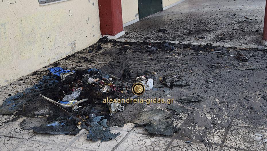 Αυτό που βλέπετε ήταν κάδος, τον έκαψαν μέσα στα 1ο Γυμνάσιο – 1ο ΓΕΛ Αλεξάνδρειας (φώτο – βίντεο)