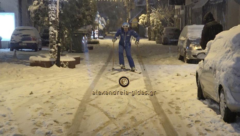 Έριξε τόσο χιόνι που τον είδαμε να κάνει σκι στον πεζόδρομο Αλεξάνδρειας! (φώτο-βίντεο)