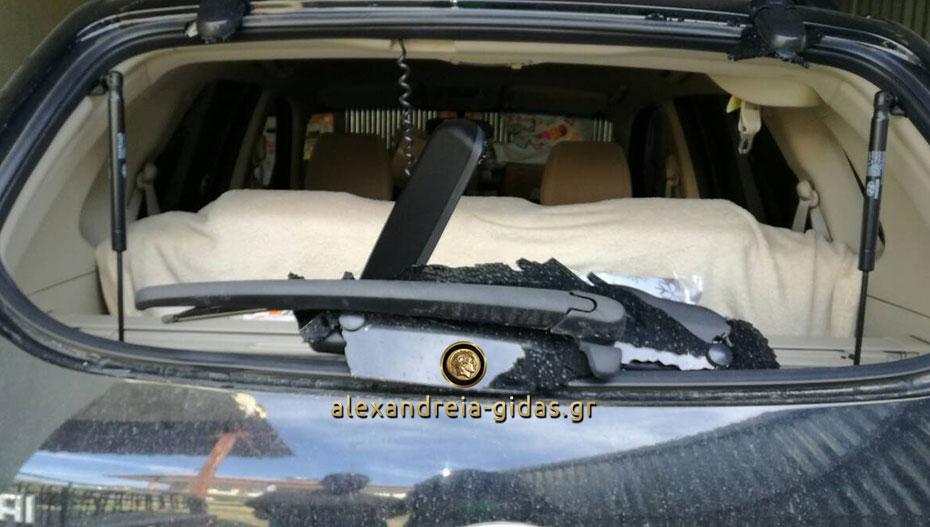 Έσπασαν αυτοκίνητο στην Αλεξάνδρεια και πήραν τσάντα με χρήματα και έγγραφα – βοηθήστε! (εικόνες)