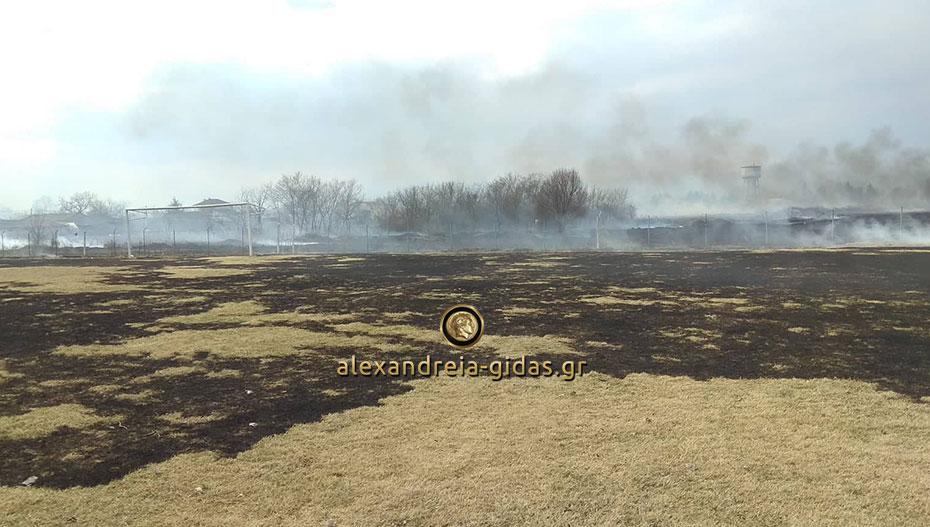Απίστευτες εικόνες στο γήπεδο του Σχοινά – κάηκε ο αγωνιστικός χώρος (φώτο)