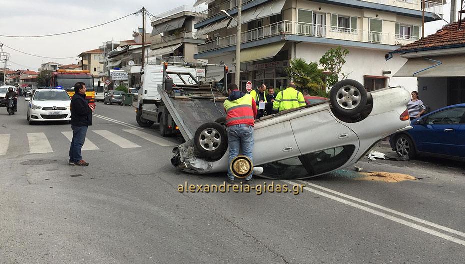 Αυτοκίνητο «πέταξε» και προσγειώθηκε με την οροφή στη Βέροια (εικόνες)
