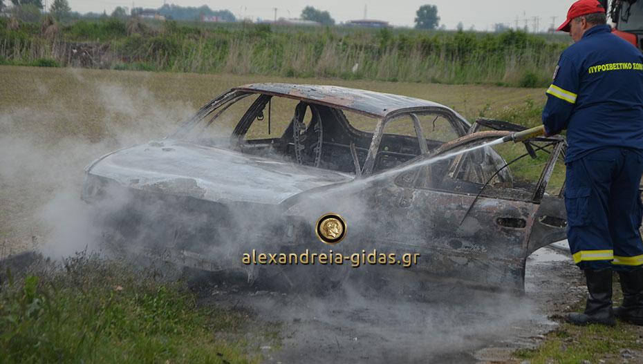 Αυτό είναι το αυτοκίνητο με το οποίο έγινε η ληστεία στην Αλεξάνδρεια και το έκλεψαν στο Κιλκίς και το έκαψαν (εικόνες-βίντεο)