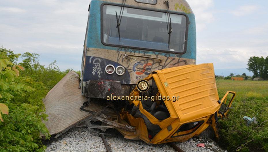 Τρένο παρέσυρε αυτοκίνητο στη Βέροια – δύο συγγενείς νεκροί από τη σύγκρουση (εικόνες)