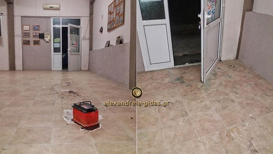 Πέταξαν μπαταρία αυτοκινήτου και έσπασαν τα γραφεία του Συλλόγου Νησελίου (εικόνες)