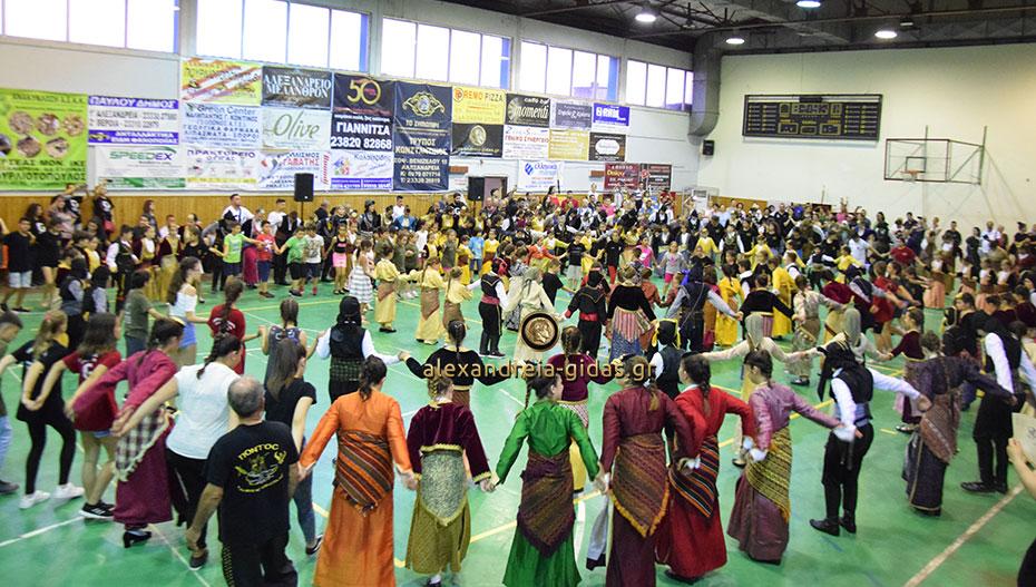 Η βροχή δεν χάλασε το 12ο παιδικό – εφηβικό Φεστιβάλ Ποντιακών χορών στην Αλεξάνδρεια (εικόνες-βίντεο)