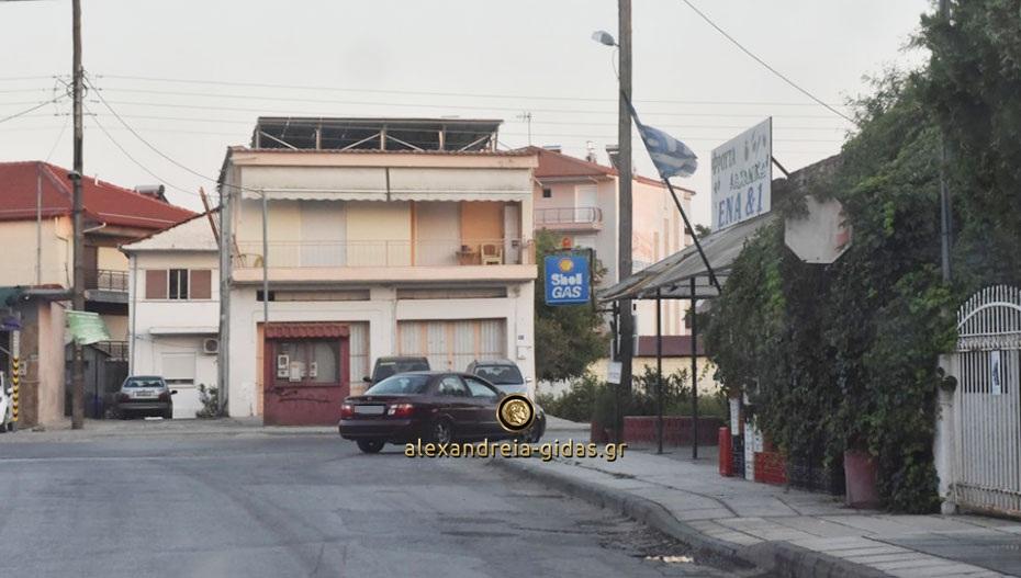 Αναγνώστρια: Επικίνδυνη η έξοδος των αυτοκινήτων από τον δρόμο Γιαννιτσών στην Αλεξάνδρεια