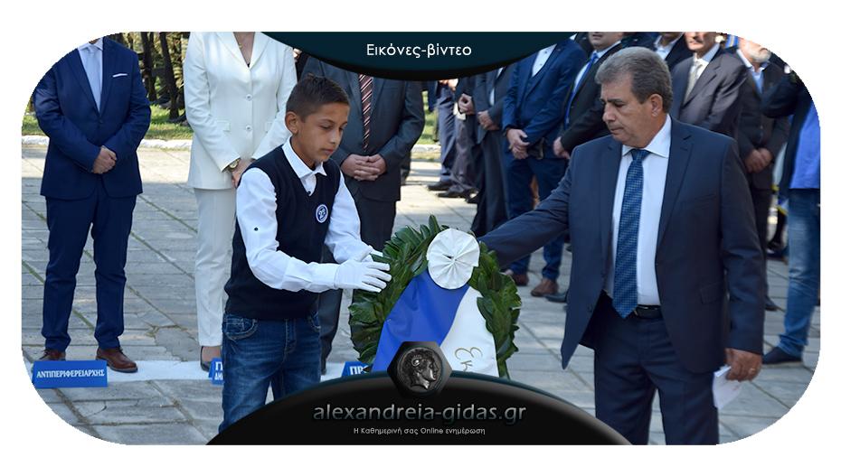 Η κατάθεση στεφάνων στο άγαλμα του Ηρώου στην Αλεξάνδρεια