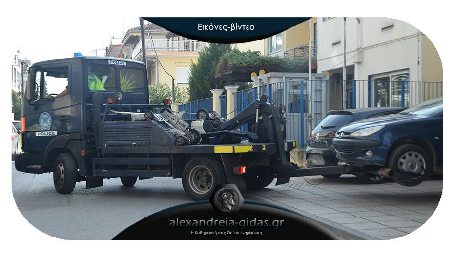 Αυτός είναι ο γερανός της αστυνομίας που «έπιασε δουλειά» σήμερα στην Αλεξάνδρεια!