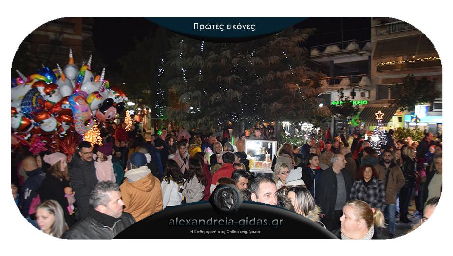 ΤΩΡΑ: Δείτε τι γίνεται στη Βετσοπούλου για το Άναμμα του Δέντρου
