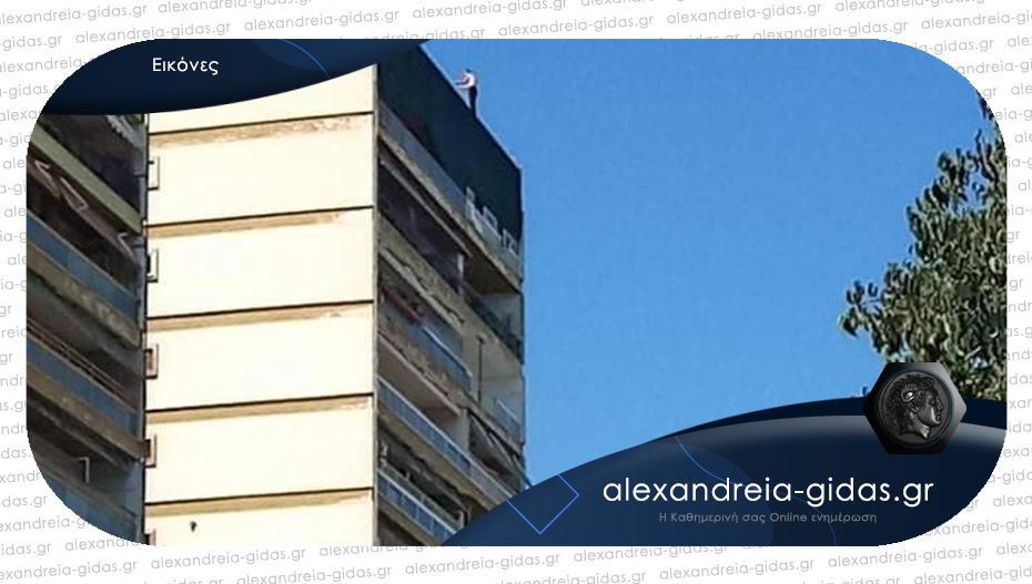 Απειλούσε να πέσει από οικοδομή 12 ορόφων στη Θεσσαλονίκη – 5 ώρες κράτησαν οι διαπραγματεύσεις