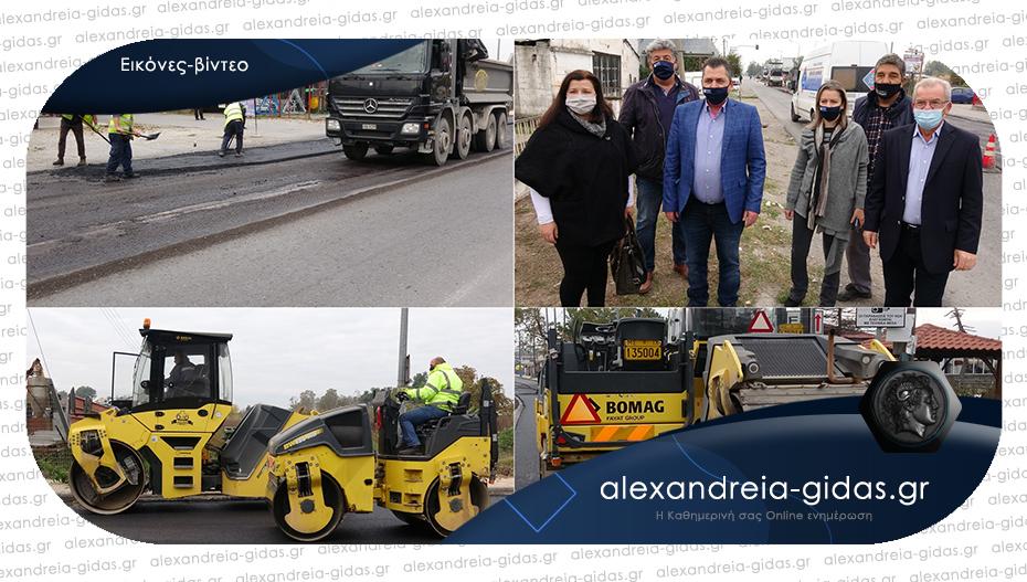 Οργασμός εργασιών από το πρωί στην Αλεξάνδρεια – στρώνουν άσφαλτο μετά τις γραμμές του ΟΣΕ