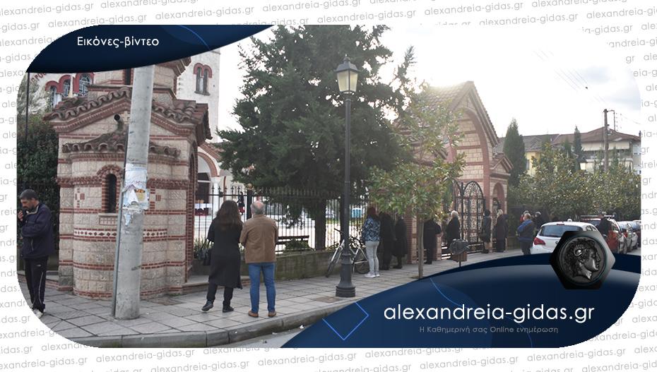 Θεοφάνεια στην Αλεξάνδρεια: Οι πιστοί έξω από τις κλειστές εκκλησίες