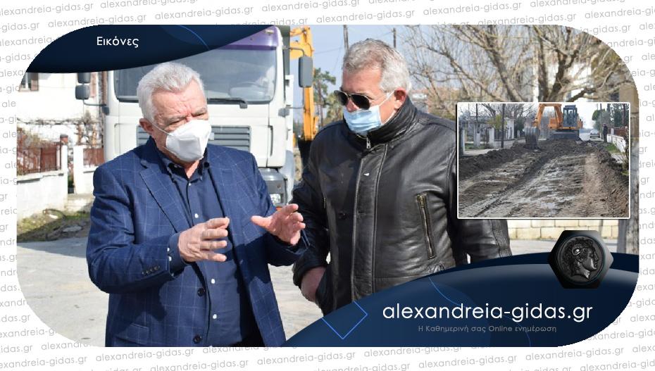 Στρώνουν άσφαλτο στα Τρίκαλα του δήμου Αλεξάνδρειας – τι δήλωσε για το έργο ο δήμαρχος