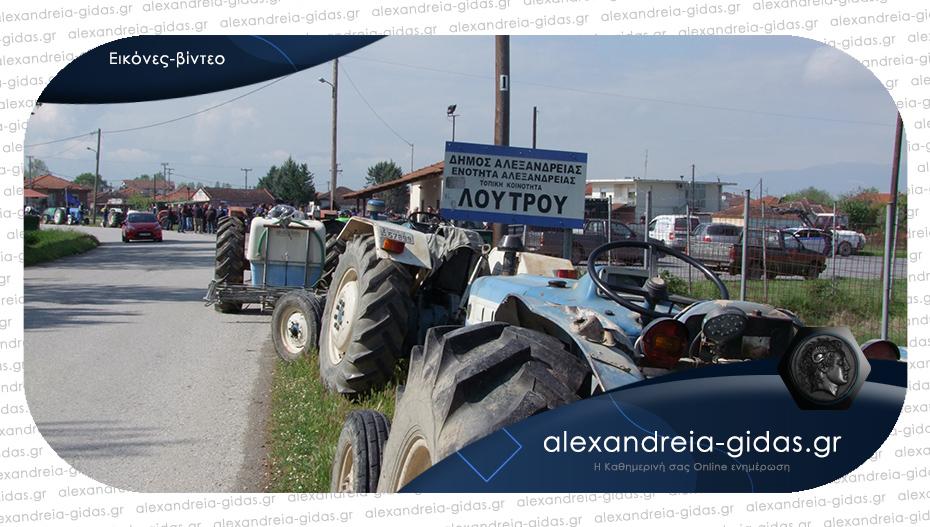 Έβγαλαν τα τρακτέρ στους δρόμους οι αγρότες του Λουτρού
