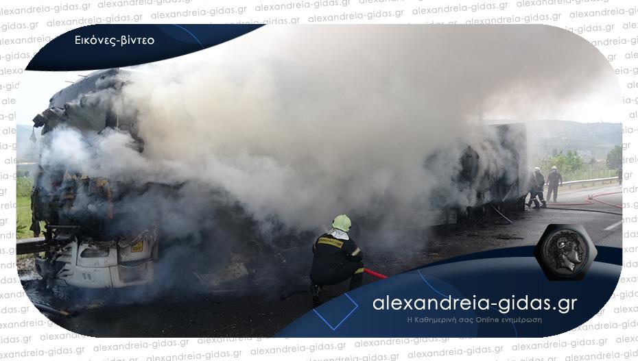 Νταλίκα πήρε φωτιά εν κινήσει έξω από τη Βέροια – ξεκίνησε από τα λάστιχα, σοκάρουν οι εικόνες