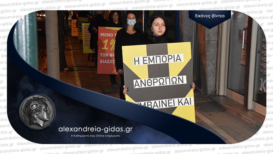 Διαμαρτυρήθηκαν περπατώντας βουβά στην Αλεξάνδρεια