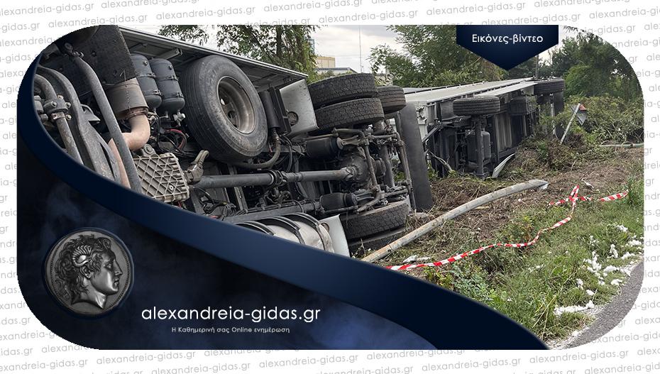 Τροχαίο ατύχημα έξω από την πρώην «Nestle»: Ανατράπηκε φορτηγό